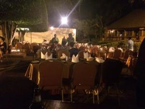 夜のレストランとダンスステージ
