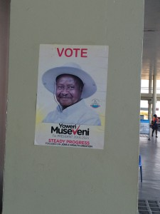 空港に貼られているウガンダ現職大統領の選挙ポスター